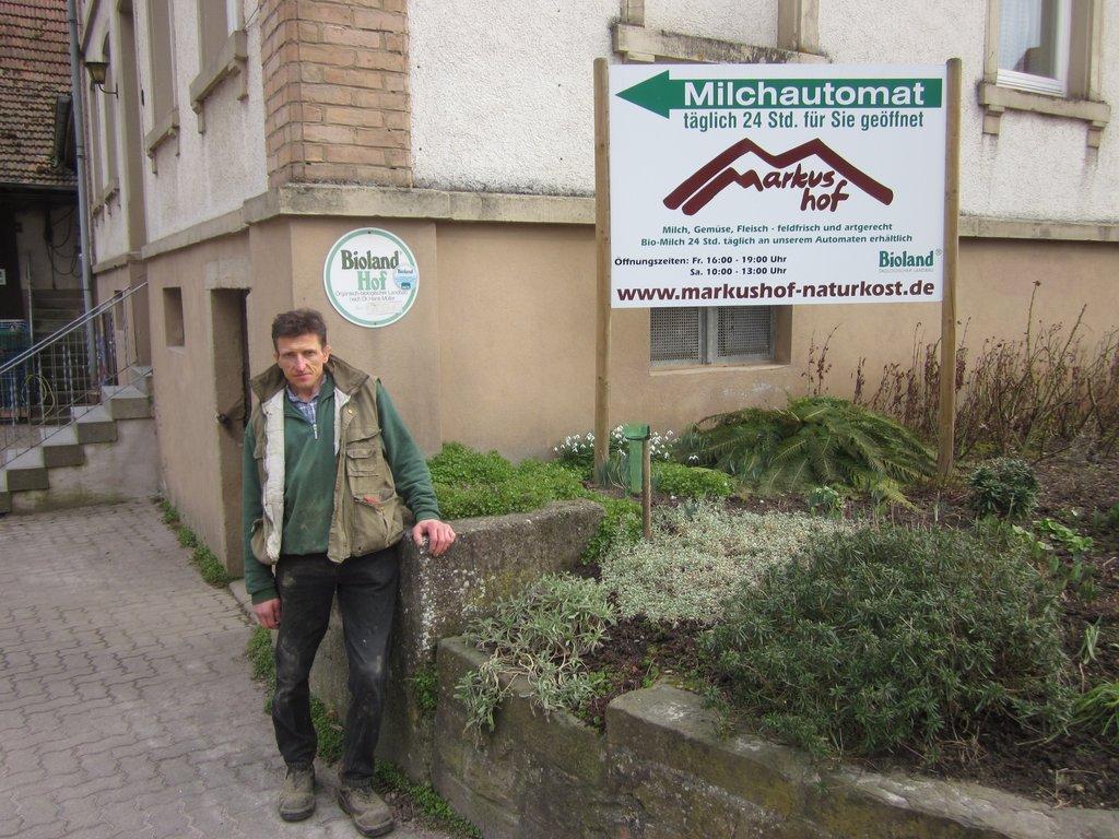 Bauer Markus Schmutz vor seinem Hof