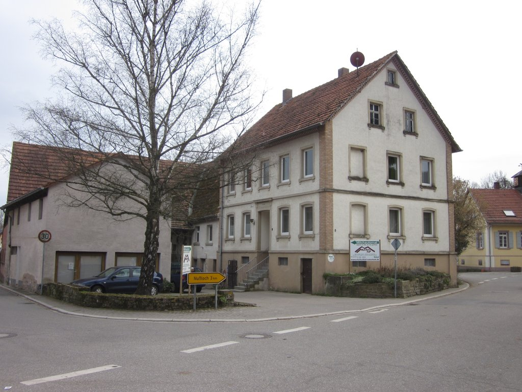 Foto vom Markushof an einer Straßenecke, Wohnhaus rechts, Hofladen links, dahinter Scheune
